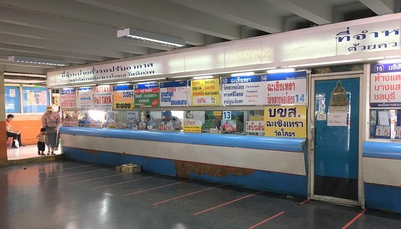 タイのバンコクエカマイ東バスターミナルのチケットカウンター