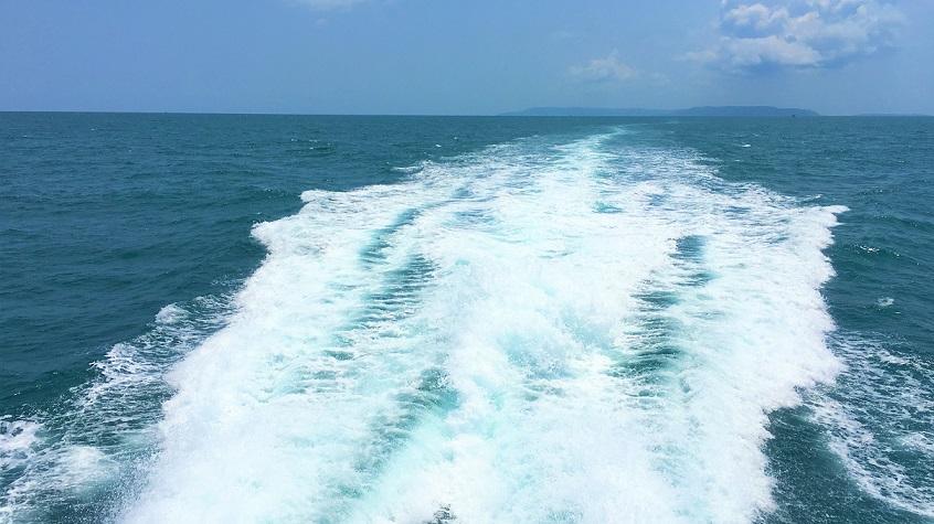 クート島からレムソック行きのフェリーから見た海