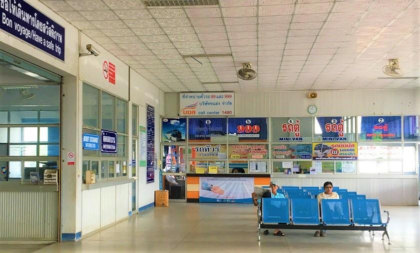トラートバスターミナルのチケットカウンターと待合室