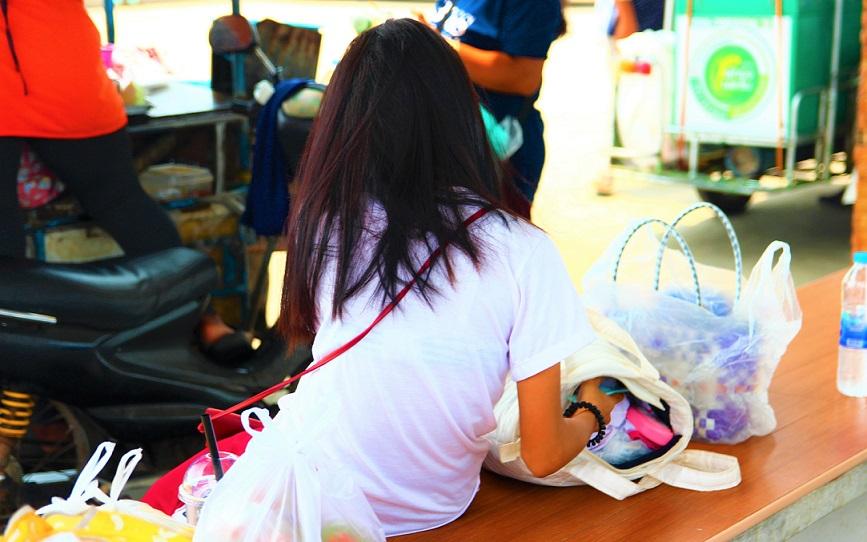 レムソック港でクート島行きフェリーの出発を待つ少女