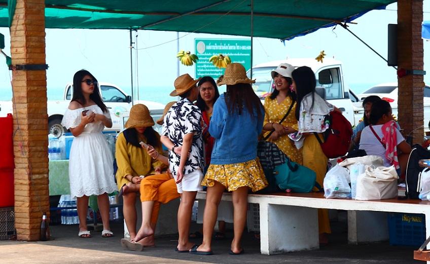 レムソック港でクート島行きフェリーの出発を待つ女性たち