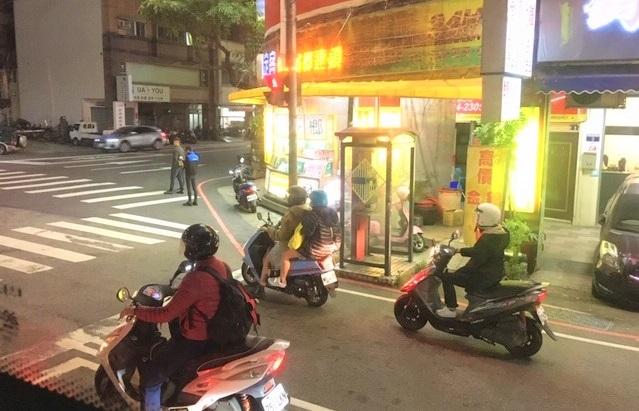 空港から台中市行きのバスから市内を見る