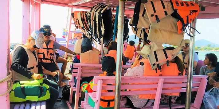 タイの秘境サメット島のナダン行きフェリーの船内の様子