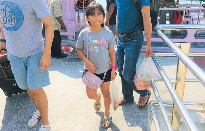 サメット島のナダンフェリーターミナルに到着した子供