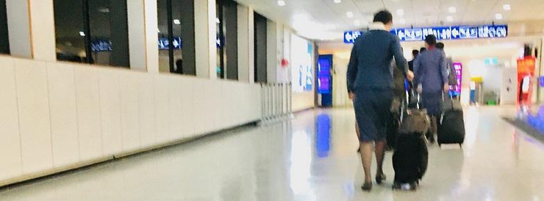 台北到着空港の廊下を歩くCA-ほとんど人がいない