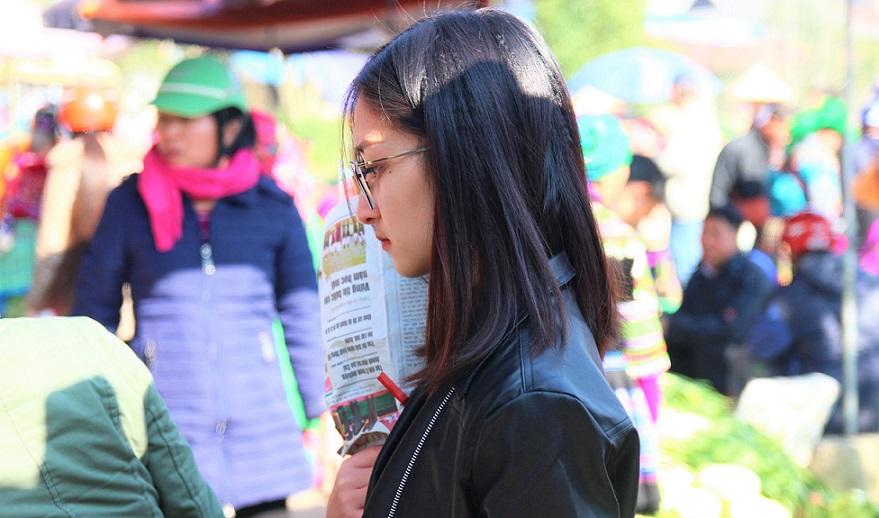 ベトナム旅行バックハーの革ジャンを着た美少女