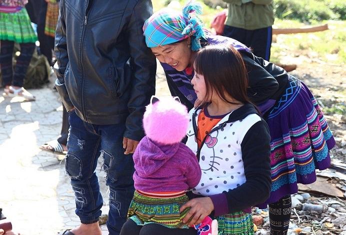 ベトナム旅行バックハーマーケットの若いお母さんと赤ちゃん