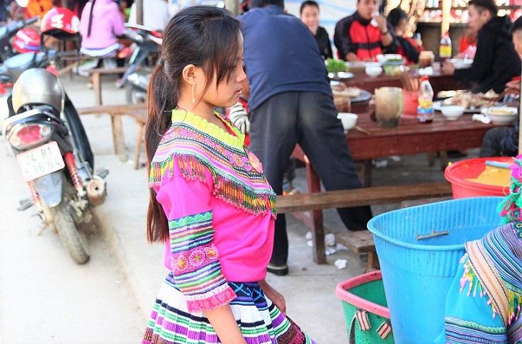 ベトナム旅行バックハーの民族衣装の少女