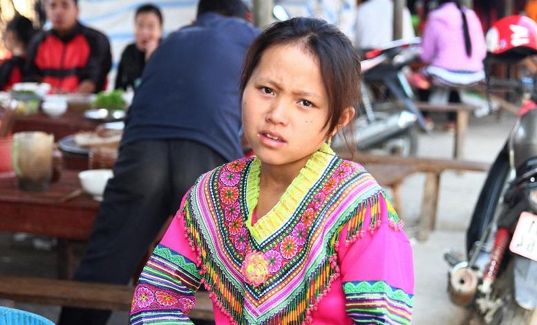 ベトナム旅行バックハーの民族衣装の女のこの写真