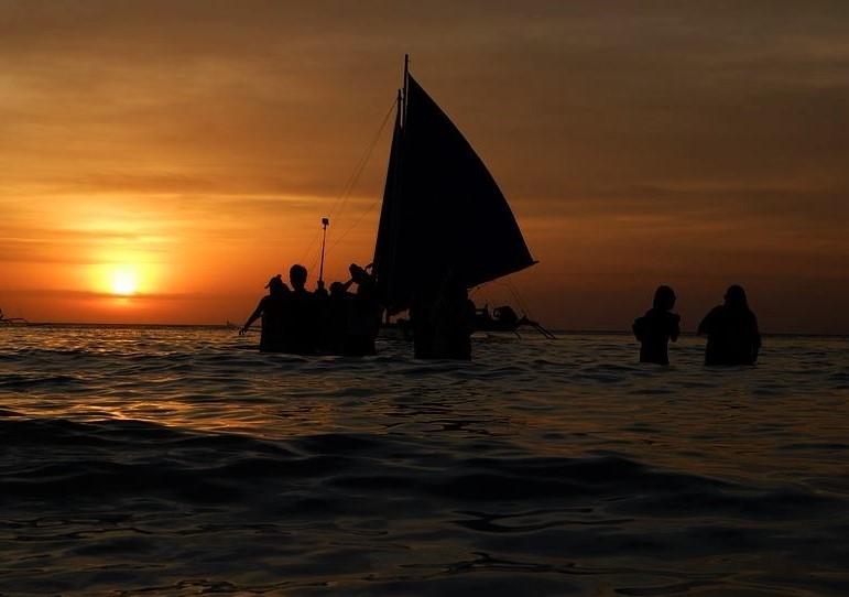 フィリピンの海の夕陽の写真