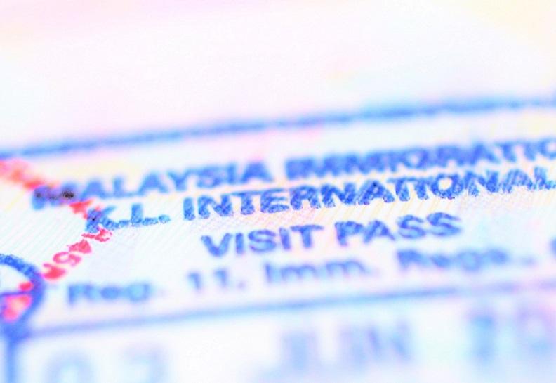 マレーシアの入国スタンプが押されたパスポートの写真