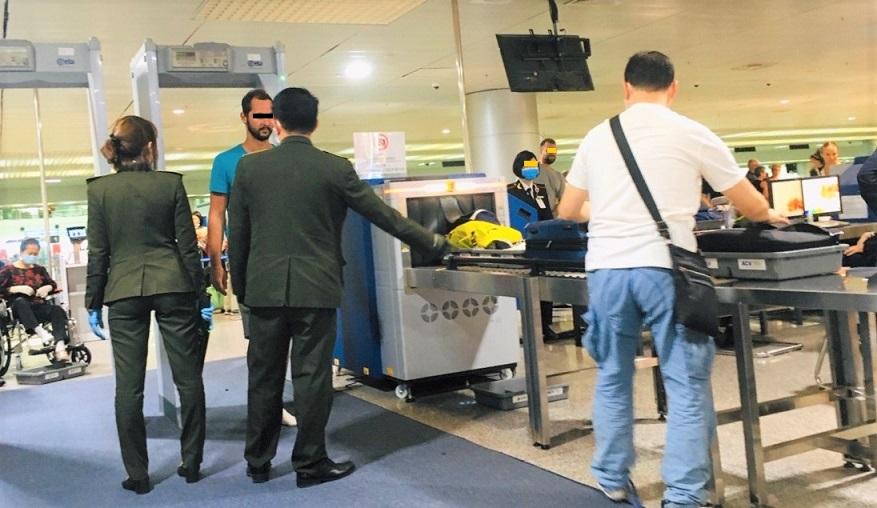 ホーチミン空港のX線検査を受ける外国人