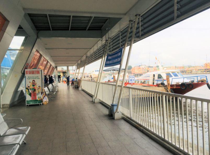 ハーティエン港からフェリーを見る