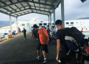 フーコック島のバイボンフェリーターミナル|到着時間には、ここにぼったくりタクシーの運転手が大勢いる