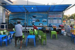 フーコック島のフェリー会社前は食堂になる