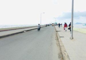 バイボン港の船着き場へ向かう道