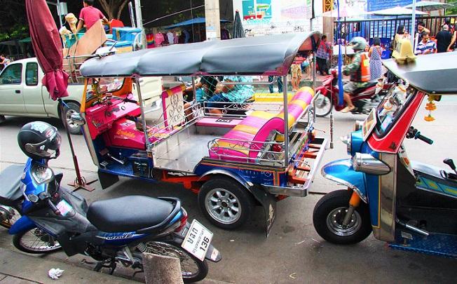 世界最大の市場、バンコクのチャトゥチャックマーケットのトゥクトゥク