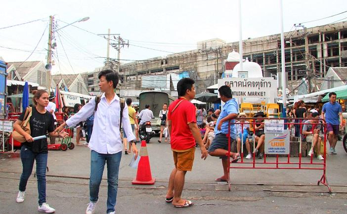 世界最大の市場、バンコクのチャトゥチャックマーケットの入り口