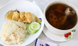 東源鶏飯の絶品チキンライスとスープの写真