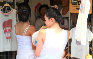 チャトゥチャック市場で買い物をする女性