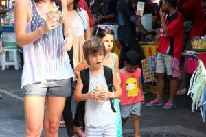 バンコクのチャトゥチャック市場を歩くアメリカ人の子供 タイ旅行