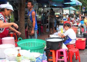 バンコクのチャトゥチャックマーケット前の食堂を経営する家族