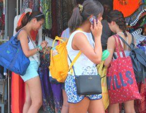バンコクのチャトゥチャックウイークエンドマーケットの観光客の女性 タイ旅行