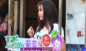 バンコクのチャトゥチャック市場でぶどうジュースを売る女子高生|タイ旅行