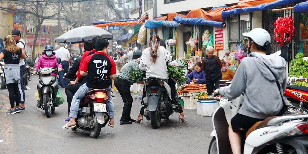 ドンスアン市場で買い物をするハノイの住人達