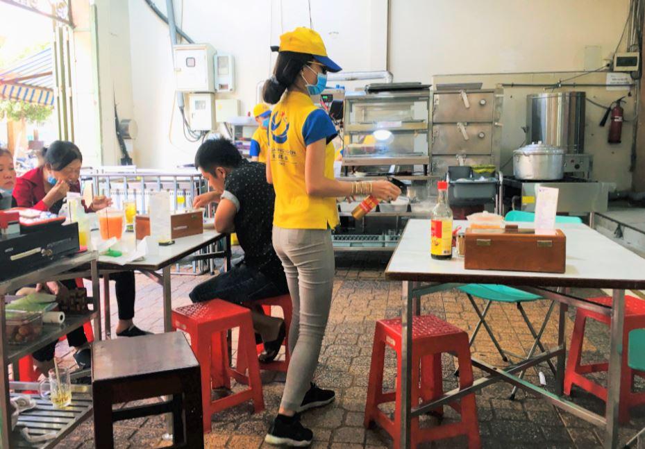 ホーチミンのチョロン地区にある、東源鶏飯の店内の様子。