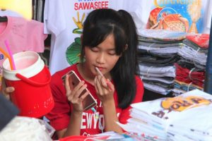 バンコクのチャトゥチャック市場で化粧をしながら働く女子高生 タイ旅行