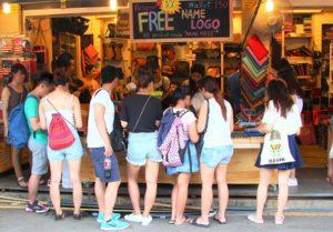 バンコクのチャトゥチャック市場でお土産を買う人々 タイ旅行