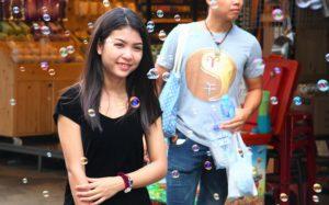 バンコクのチャトゥチャック市場で記念撮影をしている女性|タイ旅行