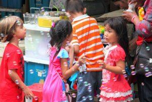 バンコクのチャトゥチャック市場の子供たち|タイ旅行