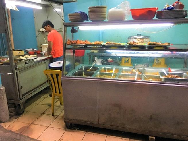 マレーシアでは、屋台のカレーも大人気。辛さも選べる