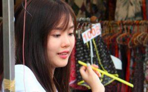 バンコクのチャトゥチャック市場で働く女子高生|タイ旅行