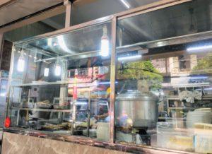 ホーチミンの人気店、チョロン地区の東源鶏飯の台所の写真。