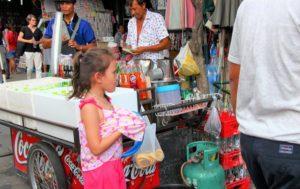 バンコクのチャトゥチャック市場の子供|タイ旅行