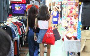 バンコクのチャトゥチャックウイークエンドマーケットで買い物する女性たち