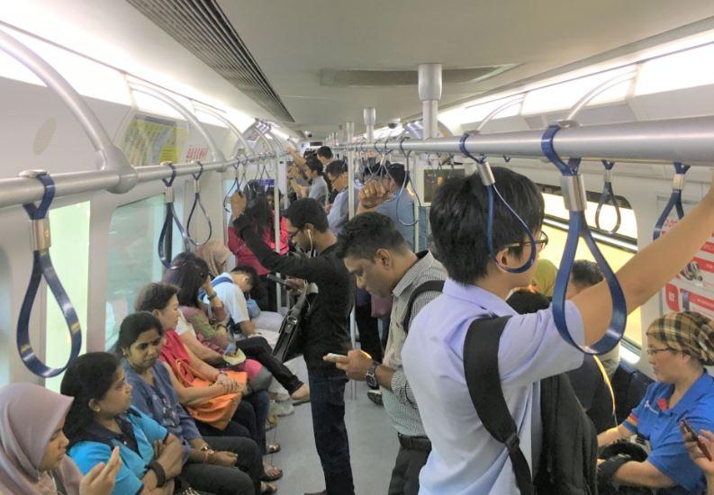 マレーシアの電車KTMの車内の写真