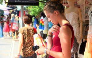 バンコクのチャトゥチャック市場の観光客の女性|タイ旅行