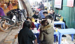 ハノイのB級グルメをドンスアン市場横のブン屋で食べる