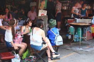 バンコクのチャトゥチャック市場の食堂の女性|タイ旅行
