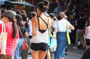 バンコクのチャトゥチャック市場の買い物中の観光客の女性|タイ旅行
