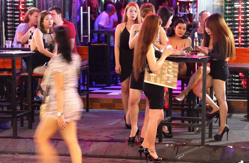 ベトナムの夜遊びスポット、ブイヴィエン通りの飲食店で働く女性たち。