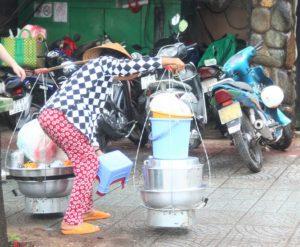 田舎からハノイに出てきて路上で行商をして生計を立てるベトナム人の女性