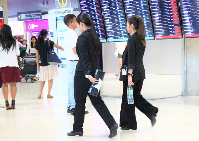 スワンナプーム空港のスーツ姿の女性スタッフたち|タイ旅行