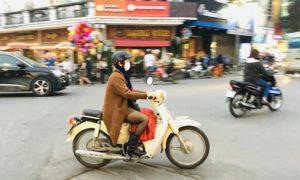 ベトナムの空港からハノイ観光へ移る|バイクで走る女性