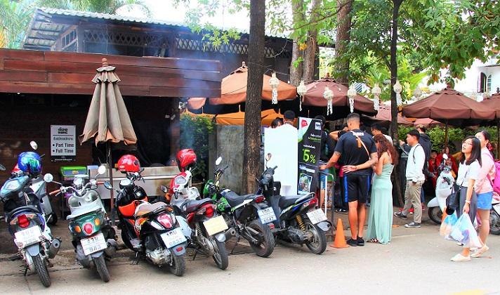 タイのチェンマイ大学近くのレストランに入る観光客たちの写真