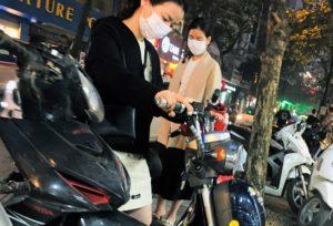 ハノイはバイクの女性が多い|ベトナム旅行